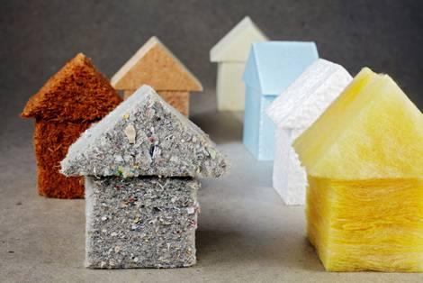 Bauklotz-Häuser aus verschiedenen Materialien