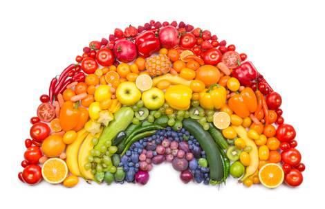 Halbkreis aus verschiedenen parallel liegenden Früchtereihen, bunt wie ein Regenbogen aus Früchten