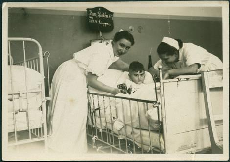 Pflegerinnen am Krankenbett eines Jungen