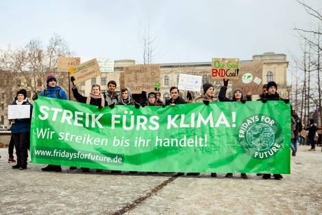 """Protestierende von Fridays-for-future mit einem Frontbanner mit dem Text: """"Streik fürs Klima. Wir streiken bis Ihr handelt!"""""""