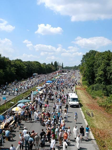 Blick auf die Aktion Stillleben auf der A40 im Rahmen der Kulturhauptstadt Ruhr 2010