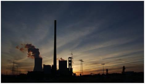 Kohlekraftwerk am Abend
