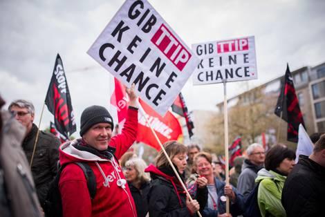 """Mann hält Schild auf Anti-TTIP-Demo in Hannover mit Aufdruck """"Gib TTIP keine Chance"""""""