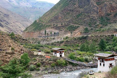 Talansicht mit Dorf in Bhutan