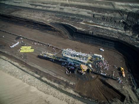 Ende Gelände Aktion im Mai 2016 auf einem Braunkohlebagger im Tagebau in der Lausitz.