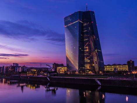 Abendansicht des Gebäudes der Europäischen Zentralbank in Frankfurt am Main