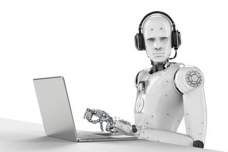 Roboter tippt in ein Laptop