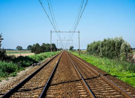 Zwei parallele Schienenstränge, die am Horizont enden