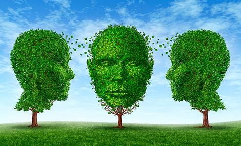 Zeichnung von drei nebeneinander stehenden Bäumen mit Menschenkopfähnlichen Baumkronen, deren Blätter zwischen ihnen wie Gedanken zu fliegen scheinen.