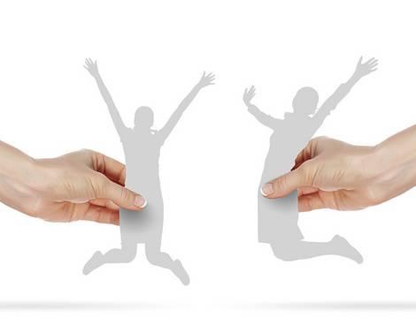 Hände halten vom rechten und linken Bildrand jeweils eine ausgeschnittene Figur, die einen freudigen Luftsprung macht