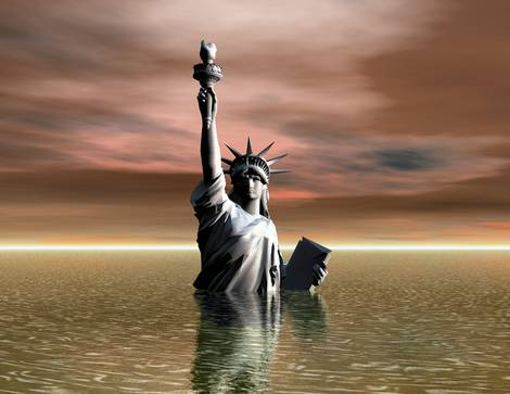 Die bis zur Brust im Meer stehende Freiheitsstatue in New York City