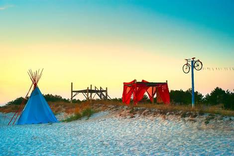 Ansicht eines Strandes mit Hippiezelt