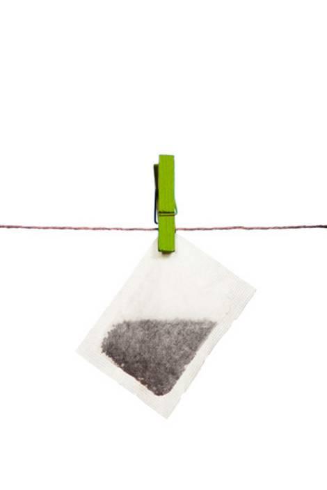 Teebeutel auf einer Wäscheleine zum Trocknen aufgehängt