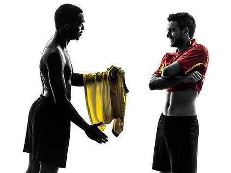 Zwei Fußballer tauschen ihre Trikots