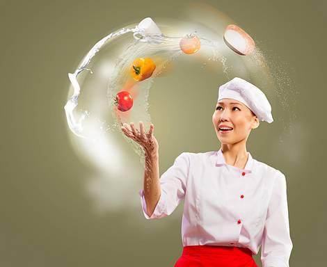 Köchin wirft Zutaten in die Luft