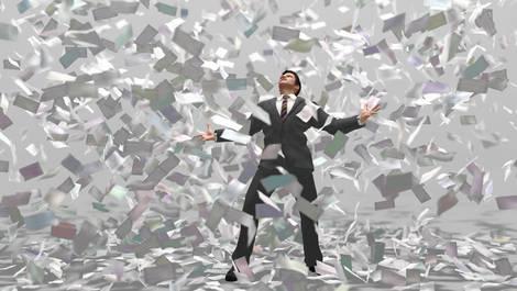 Mann im Anzug, der von einer Flut von herabrieselnden Dokumenten fast bedeckt wird