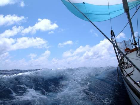 Blick von einem modernen Segelboot aufs Meer mit heftigen Wellen