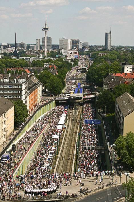 weiterer Blick auf die Aktion Stillleben auf der A40 im Rahmen der Kulturhauptstadt Ruhr 2010