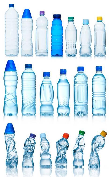 Mehrere Reihen von blau scheinenden leeren Plastikwasserflaschen