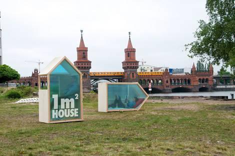 Ein Tiny-House mit einem Quadratmeter Grundfläche auf einer Wiese