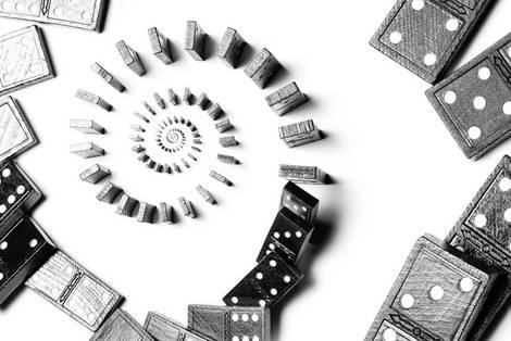 Eine Spirale aus aufgestellten Dominosteinen von oben
