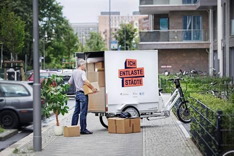 Lieferant mit Lastenrad in der Stadt