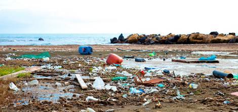 Ein Strand mit viel Plastikmüll.