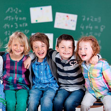 Lachende Schulkinder